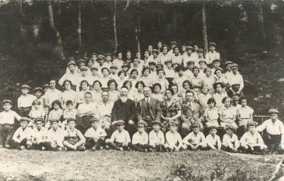 Dawid Kurzmann (in the middle, with a beard) with children from Kraków Jewish orphanage.